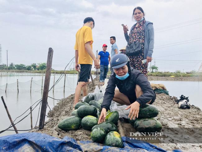 Người dân Quảng Bình gom, mua dưa hấu giúp tài xế xe tải bị lật