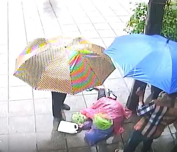Nhân vật kéo lê người đàn ông bất tỉnh lên tiếng khi bị tố bỏ mặc nạn nhân dưới trời mưa lớn