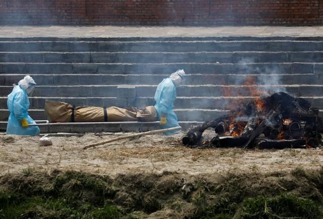 Nỗi sợ hãi mang tên Nepal - nước láng giếng Ấn Độ: Lò hỏa táng quá tải, phải thiêu người chết vì COVID-19 ngoài trời