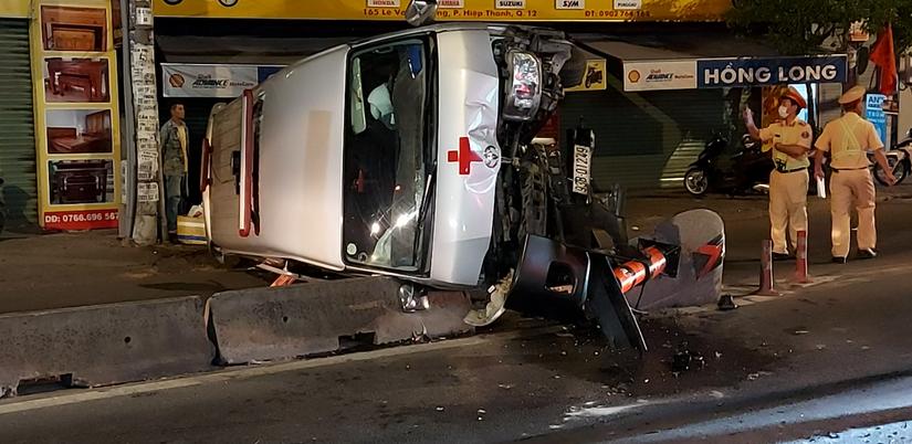 Xe cứu thương chở người mất về quê an táng gặp nạn, lật ngang trên QL1 lúc nửa đêm