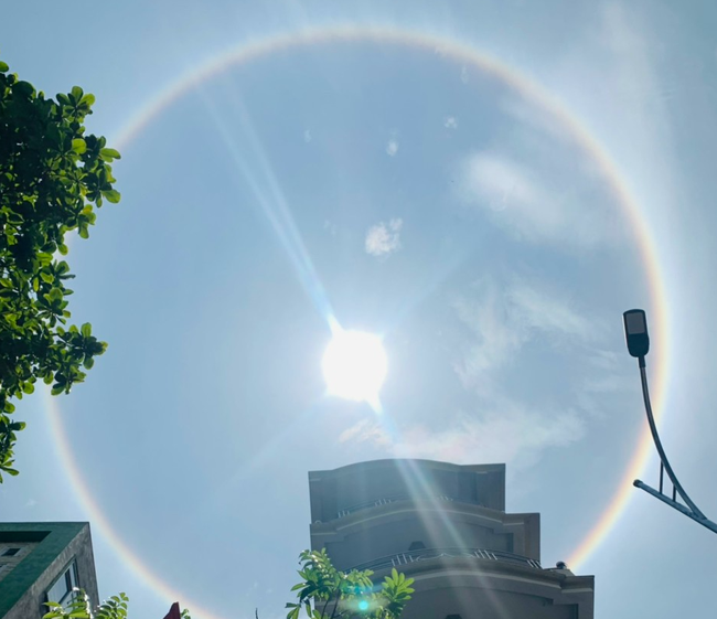 Hào quang mặt trời xuất hiện giữa trưa, khiến người dân thích thú