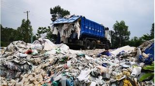 Bắt quả tang xe chuyên dụng đổ trái phép gần chục tấn chất thải sinh hoạt ra khu đất ở nông thôn