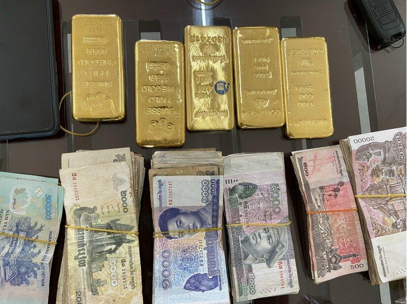 Bắt giữ người phụ nữ vận chuyển trái phép 5kg kim loại nghi vàng vào Việt Nam