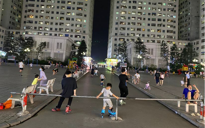 Bất chấp lệnh cấm phòng dịch Covid-19, người Hà Nội vẫn đổ ra công viên trổ tài hát karaoke, tập thể dục