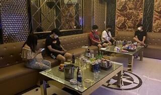 Một nữ tiếp viên phục vụ 4 quý ông Hàn Quốc trong quán karaoke
