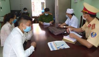 """Bắc Giang: Nam thanh niên đèo bạn gái """"thông chốt"""" kiểm soát dịch bệnh"""