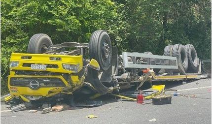 Xe tải tông lan can rồi lật ngửa khi đổ đèo Cù Mông, 2 người tử vong tại chỗ