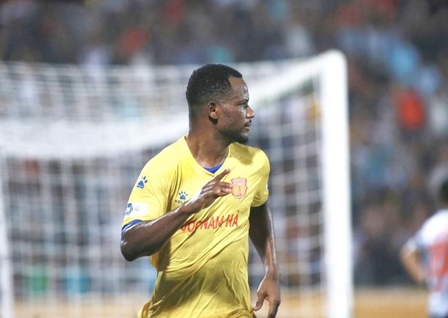 """Tiền đạo Nam Định tiết lộ về bản hợp đồng """"kỳ lạ"""" của V.League"""