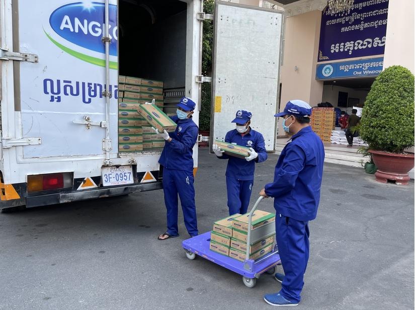 1.000 thùng sữa đã được nhà máy của Vinamilk tại Campuchia tặng người dân đang cách ly tại vùng đỏ