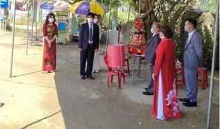 Dịch COVID-19: Nhà trai và nhà gái làm lễ ăn hỏi ngay tại chốt kiểm dịch