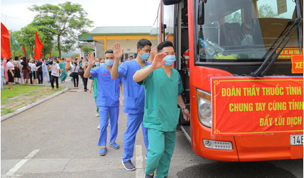 200 nhân viên y tế Quảng Ninh lên đường