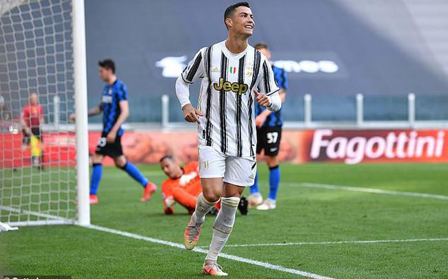 Ronaldo lần đầu tiên vui vẻ khi bị Pirlo cho đi tắm sớm