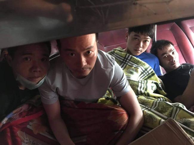 Nóng: CSGT Đồng Nai phát hiện 5 người Trung Quốc trốn trong thùng xốp trên xe khách