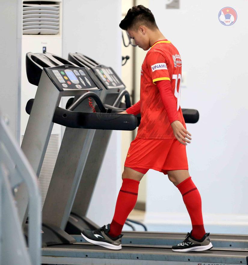 HLV Park Hang Seo cho Quang Hải tập trong phòng Gym