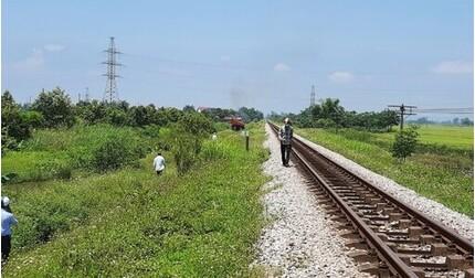Bắt người mẹ ôm xác con nằm trên đường sắt đợi tàu đi qua