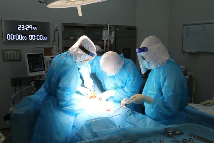 Mổ đẻ cấp cứu cho một sản phụ mắc Covid-19 bị suy thai