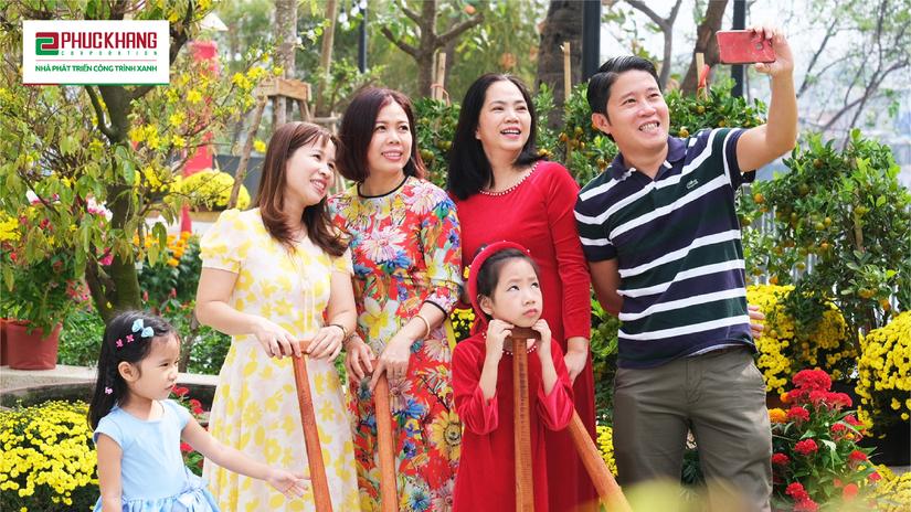 Người dân vui đón năm mới tại khuôn viên công viên bờ sông thuộc dự án Diamond Lotus Riverside. Ảnh: Phúc Khang