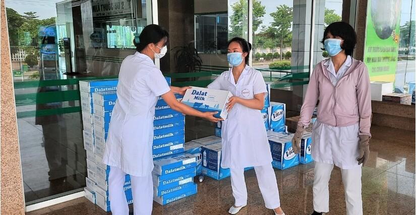 Tặng gần 3 triệu ly sữa và đồ uống cho y bác sĩ, người dân khu vực cách ly tăng cường sức khỏe chống Covid-19