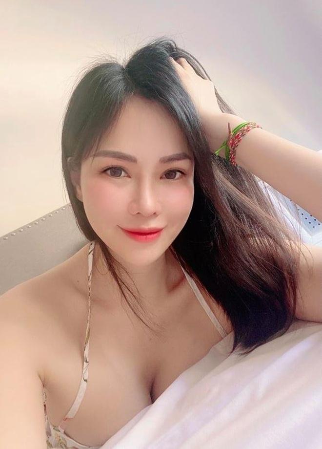 Người đẹp quê Bắc Ninh làm dâu tỷ phú Hoàng Kiều tạo dáng giản đơn bên xế sang gây sốt MXH