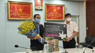 MC Quyền Linh ủng hộ tiền