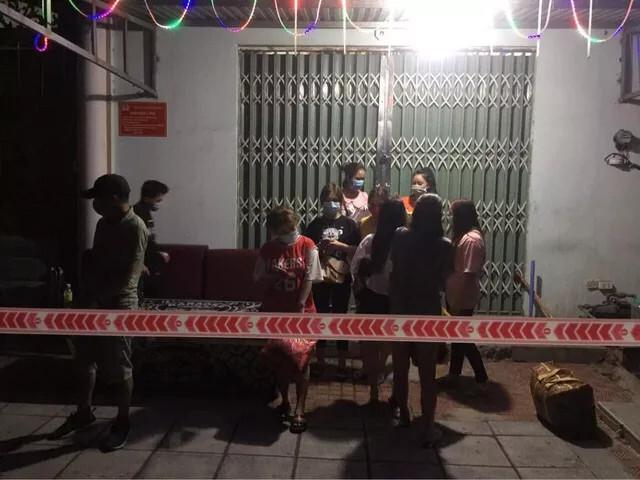 Bất chấp lệnh cấm, quán karaoke vẫn tổ chức cho khách và nhân viên phục vụ hát