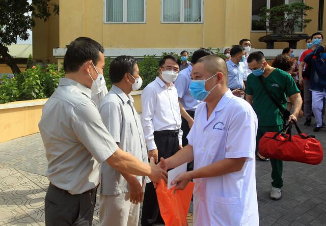 18 cán bộ y tế Hải Phòng cắt tóc gọn gàng lên đường chi viện Bắc Giang
