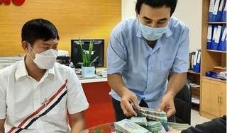 Quyền Linh đi xe máy, đeo ba lô 2,2 tỷ tiền mặt để làm điều khiến fan mừng rỡ