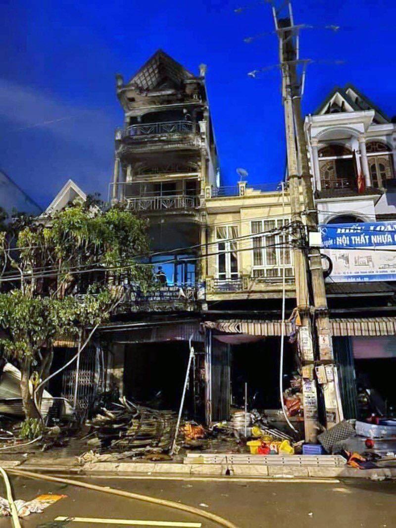 Ngôi nhà 4 tầng cháy lớn lúc rạng sáng, 1 người phụ nữ tử vong