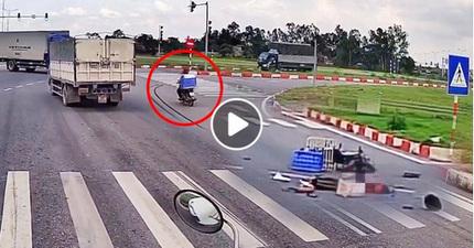 Vù vù vượt ẩu qua ngã 3, tông trúng đuôi xe tải, tài xế xe máy tử vong tại trận