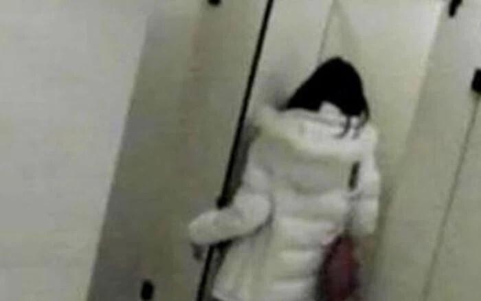 Học sinh lớp 12 quay lén giáo viên trong nhà vệ sinh rồi tống tiền