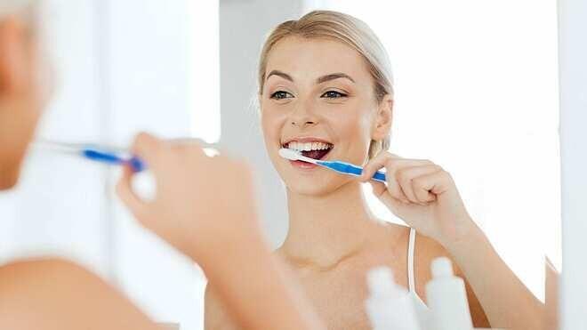 làm sạch mảng bám chân răng