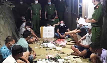 Bắc Giang: 11 người tụ tập ăn uống, bị phạt hơn 80 triệu đồng