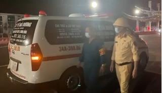 """Phát hiện nhóm người đi trên xe cấp cứu để """"thông"""" chốt kiểm dịch COVID-19"""