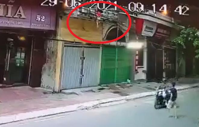 Thót tim cảnh người đàn ông đi xe đạp đỡ bé gái rơi từ tầng 2 xuống đường