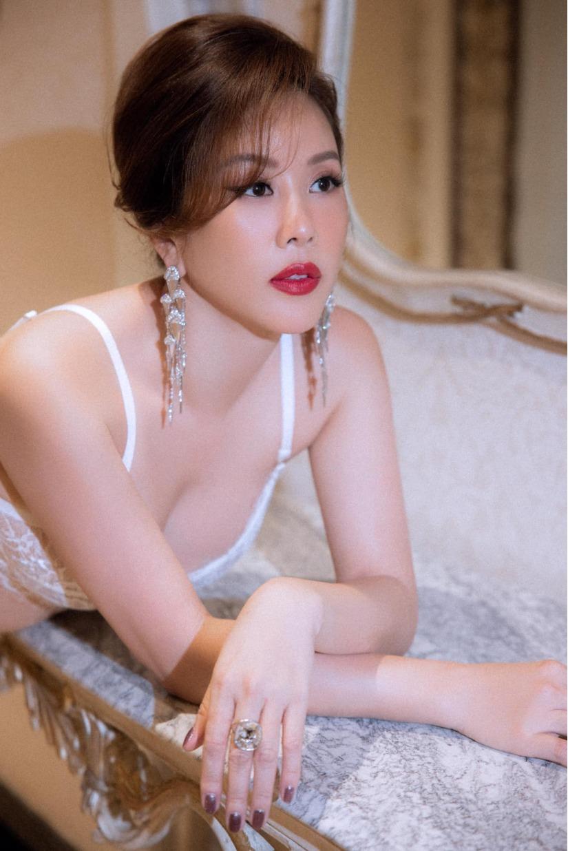 Nhan sắc mê đắm lòng người của Hoa hậu 3 con vừa kết hôn với tình trẻ kém 10 tuổi