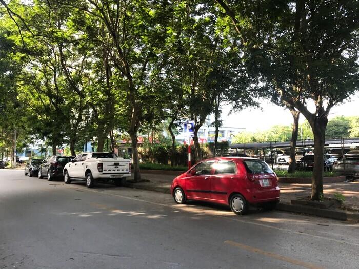Người dân bỗng dưng mất phí gửi xe dưới lòng đường có vạch kẻ được dừng đỗ, chính quyền nói gì