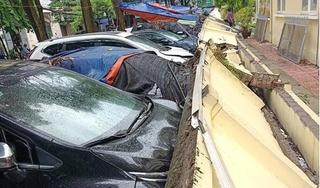 Tường trường mầm non đổ sập, đè hơn chục xe ô tô