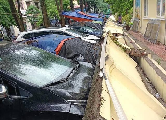 Vụ 13 ô tô bị tường sập đè trúng, ai sẽ phải đền cho các chủ xe