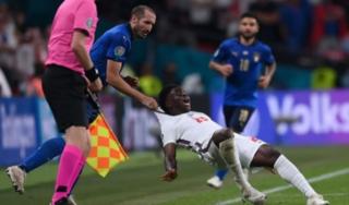 Cầu thủ Italia bị lên án vì hành vi chơi xấu đối thủ trong trận chung kết