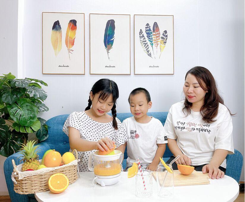 Ở nhà phòng dịch ngày giãn cách, bố mẹ cùng con thực hiện nhiệm vụ kép