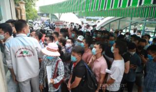 Hà Nội: Hàng trăm người xếp hàng, chen chân chờ xét nghiệm Covid-19