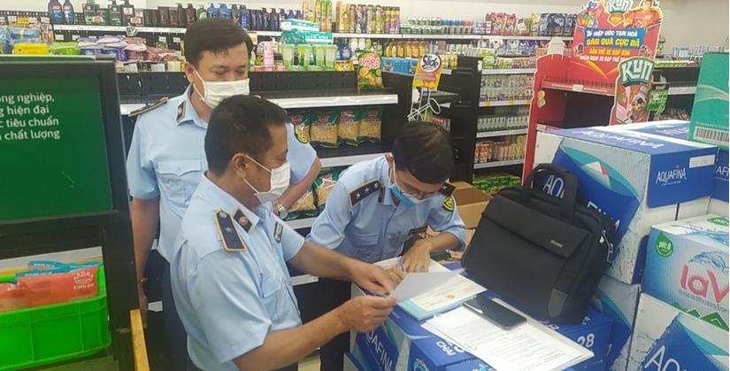 Đoàn kiểm tra đã tiến hành lập biên bản vi phạm đối với hành vi không niêm yết giá bán của các cửa hàng Vinmart+ theo quy định