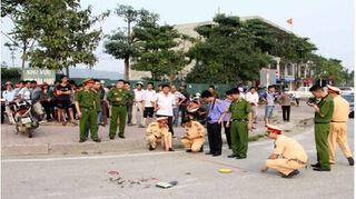 Hà Nội: Tài xế xe ôm bất ngờ lao tới đâm chết hàng xóm