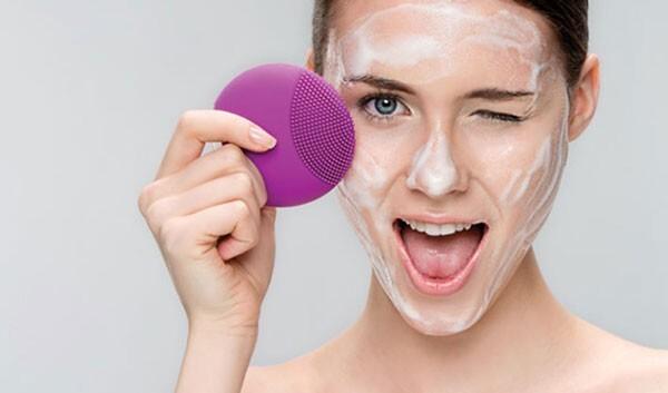 cách rửa mặt bằng sữa rửa mặt