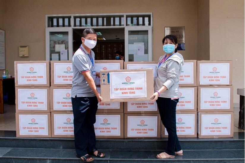 Tập đoàn Hưng Thịnh trao tặng 50.000 bộ kit xét nghiệm SARS-CoV-2 cho đại diện UBND Thành phố Thủ Đức, TP.HCM