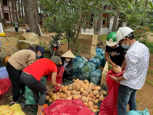 Cảm phục siêu nhân 21 tuổi chở nông sản miễn phí từ Kon Tum về Sài Gòn