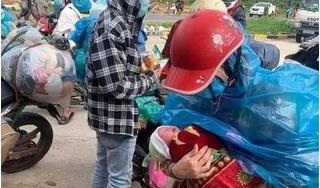 """Bé 10 ngày tuổi theo bố mẹ đi xe máy từ Bình Dương về Nghệ An: """"Con còn nhỏ nhưng vợ chồng tôi hết cách rồi"""