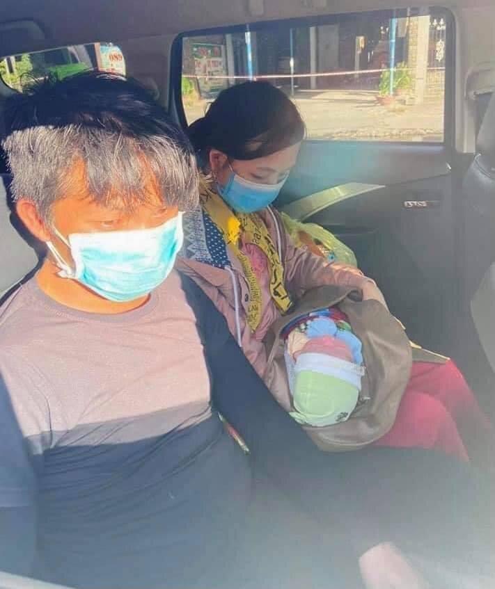 Bé 10 ngày tuổi theo bố mẹ đi xe máy từ Bình Dương về Nghệ An, con còn nhỏ nhưng vợ chồng tôi hết cách rồi