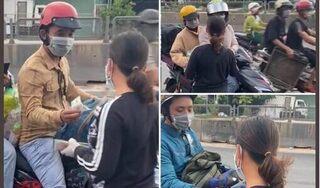 Xúc động hình ảnh người phụ nữ đi dép lê, cầm xấp tiền phát cho bà con đi xe máy về quê chống dịch
