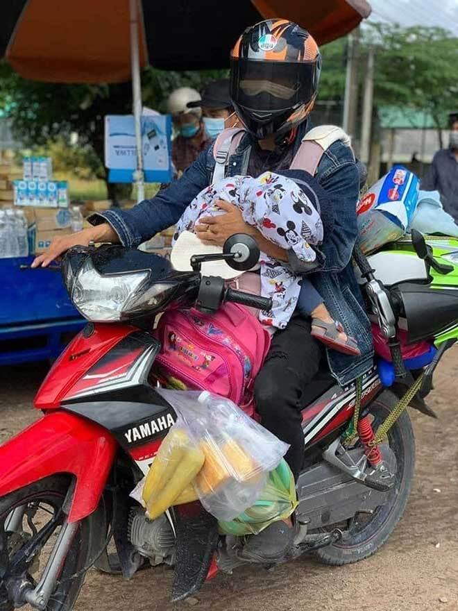 Người bố tiết lộ lý do một mình địu con nhỏ trước bụng chạy xe máy từ Đồng Nai về Hà Tĩnh
